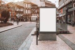 在街道上的白色空的与信息有关的横幅大模型 免版税图库摄影