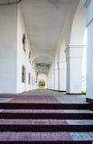 在街道上的白色老大厅门廊 库存照片