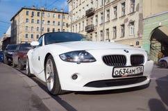 在街道上的白色BMW Z4 E85汽车 图库摄影