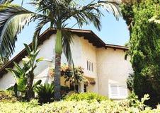 在街道上的私有现代房子在Rishon Le锡安,以色列 免版税库存照片
