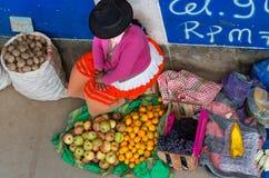 在街道上的秘鲁妇女 瓦拉斯,秘鲁 免版税图库摄影