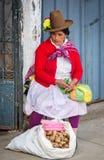 在街道上的秘鲁妇女 瓦拉斯,秘鲁 免版税库存照片
