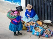 在街道上的秘鲁妇女 瓦拉斯,秘鲁 库存图片