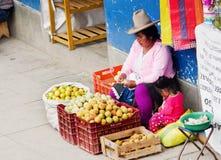 在街道上的秘鲁妇女 瓦拉斯,秘鲁 免版税库存图片