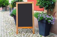 在街道上的空白的菜单黑板 免版税图库摄影