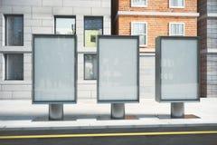 在街道上的空白的玻璃状广告牌在一个晴天 免版税库存照片