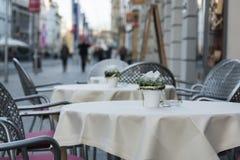 在街道上的空的桌 免版税图库摄影