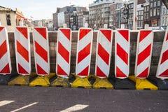 在街道上的红色和白色镶边路标 免版税库存照片