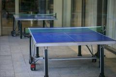 在街道上的网球桌 图库摄影
