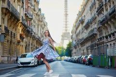 在街道上的美丽的女孩在巴黎 免版税库存照片