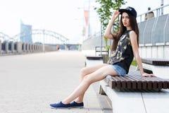在街道上的美丽的女孩 图库摄影