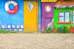 在街道上的美丽的抽象派背景墙壁有街道画的 免版税库存照片
