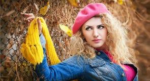 在街道上的美丽的端庄的妇女在秋天。年轻俏丽的妇女城市射击。花费时间的美丽的妇女室外在秋天期间 免版税库存照片