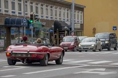 在街道上的美丽的红色敞篷车汽车在图尔库,芬兰 免版税库存照片