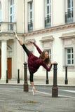 在街道上的美丽的芭蕾舞女演员 图库摄影