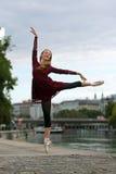在街道上的美丽的芭蕾舞女演员 库存照片