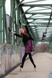 在街道上的美丽的芭蕾舞女演员 库存图片