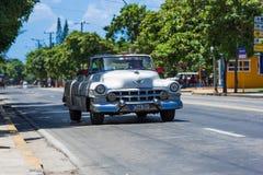 在街道上的美国白色经典敞篷车汽车驱动在巴拉德罗角古巴- Serie古巴报告文学 免版税库存图片