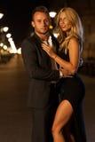 在街道上的美好的夫妇 免版税库存图片