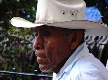 在街道上的老人在墨西哥帽 免版税库存图片