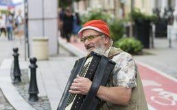 在街道上的老人戏剧 免版税库存照片