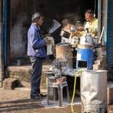 在街道上的老叫化子人在Dashashwamedh Ghat在瓦腊纳西,北方邦,印度 免版税库存图片