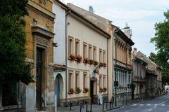 在街道上的老和新的大厦在布拉索夫,罗马尼亚,特兰西瓦尼亚 免版税库存照片