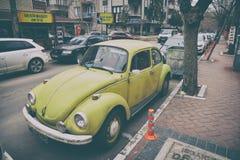 在街道上的老大众甲壳虫 免版税库存照片