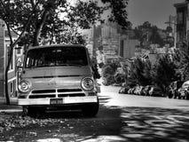 在街道上的老推托微型货车 免版税库存图片