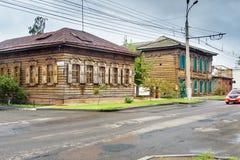 在街道上的老木房子 伊尔库次克俄国 库存照片