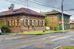 在街道上的老木房子 伊尔库次克俄国 库存图片