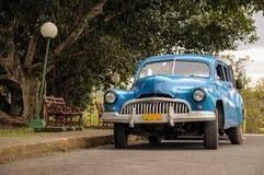 在街道上的老汽车在哈瓦那古巴 库存照片