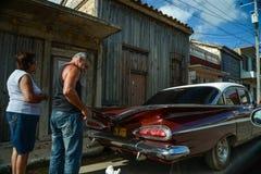 在街道上的老汽车在哈瓦那古巴 图库摄影