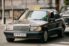 在街道上的老汽车1996年奔驰车190 E W201轿车停车处 免版税库存照片