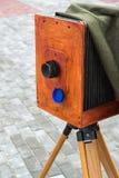 在街道上的老照相机 库存照片