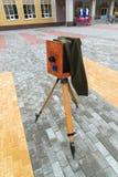 在街道上的老照相机 免版税库存照片