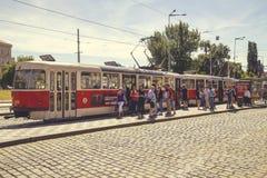 在街道上的老电车在布拉格 免版税图库摄影