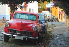 在街道上的老红色汽车在科洛尼亚省del 免版税库存图片
