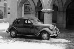 在街道上的老葡萄酒汽车 免版税库存照片