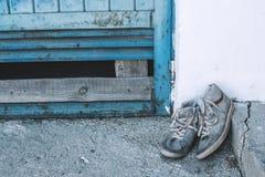 在街道上的老被佩带的运动鞋 库存图片