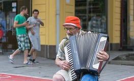 在街道上的老音乐家 免版税库存图片