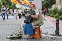 在街道上的老音乐家 库存照片