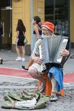 在街道上的老,可怜的音乐家 免版税库存图片