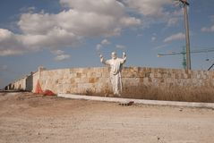 在街道上的耶稣基督雕象 免版税库存照片