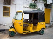在街道上的自动人力车在本地治里市,印度 库存照片