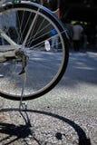 在街道上的自行车车轮 免版税图库摄影