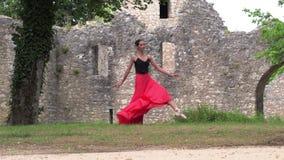 在街道上的芭蕾舞女演员跳舞 股票视频