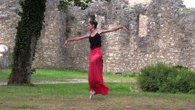 在街道上的芭蕾舞女演员跳舞 股票录像