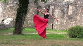 在街道上的芭蕾舞女演员跳舞 影视素材