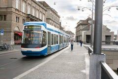 在街道上的苏黎世电车 免版税图库摄影